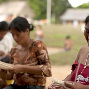 Todas las tardes las mujeres se organizan y empiezan a trabajar en sus artesanías.