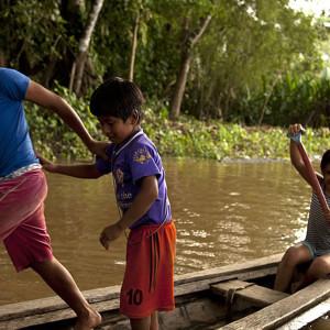 Los niños no dejan de explorar y conectarse con el río y el bosque.